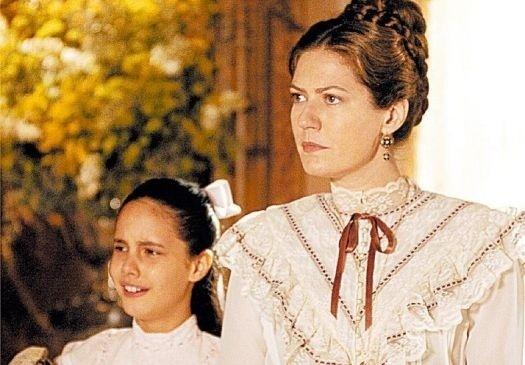 """15.mar.2006 - As atrizes Larissa Biondo e Patrícia Pillar (à dir.) durante estréia da novela """"Sinhá Moça"""", da TV Globo"""