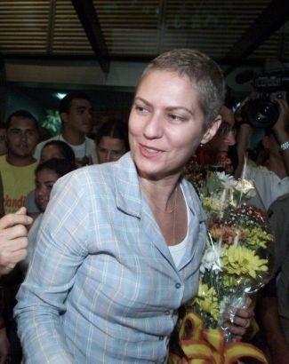 17.jun.2002 - A atriz Patrícia Pilllar, então namorada do candidato à Presidência do PPS, Ciro Gomes, em Rio Branco (AC), já com os cabelos crescendo novamente após a quimioterapia