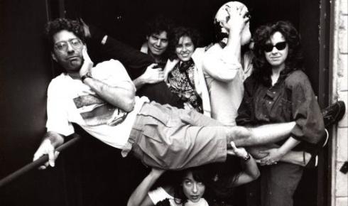 25.dez.1988 - Patrícia Pillar (ao centro) posa no Teatro Mars, em São Paulo com os colegas Hamilton Vaz Pereira (na horizontal), Arrigo Barnabé, Cyro Menna Barreto e Lilian Breda Barreto (proprietários do teatro) e Lena Brito (agachada)