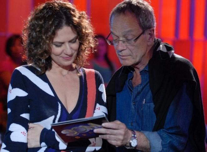 """27.Mar.2011 - Patrícia Pillar recebe orientações do diretor Luiz Gleiser durante gravação do """"Som Brasil"""""""