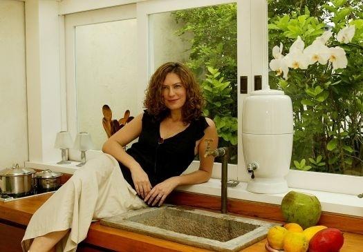 5.mar.2005 - A atriz Patrícia Pillar na cozinha da varanda de sua cobertura no Jardim Botânico, no Rio de Janeiro