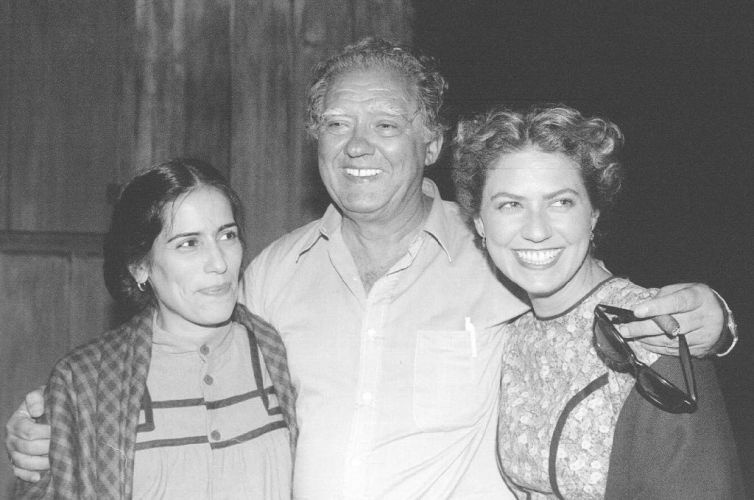 """1995 - O produtor Luís Carlos Barreto com as atrizes Glória Pires e Patrícia Pillar, em intervalo da filmagem de """"O Quatrilho"""""""