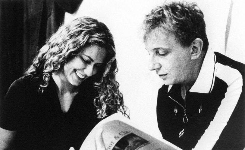 """1998 - Os atores Patrícia Pillar e Marco Nanini lêem roteiro do filme """"Amor & Cia"""""""