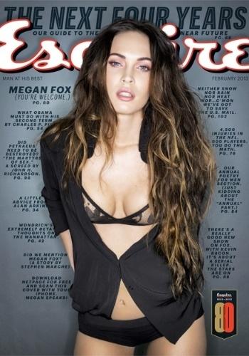 """15.jan.2013 - A atriz Megan Fox é capa da edição de fevereiro da revista """"Esquire"""". A moça concedeu entrevista à publicação e falou sobre a remoção da sua tatuagem de Marilyn Monroe, comparando-a com Lindsay Lohan. """"Ela (Marilyn) não era poderosa na época. Ela era como a Lindsay (Lohan). Era uma atriz, mas não era confiável.... Ela tinha todo o potencial do mundo, e foi desperdiçado """", afirmou Megan. """"Eu não estou interessada em seguir esses passos"""", concluiu"""