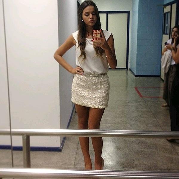 """16.jan.2013 - Arrancando suspiros como Lurdinha de """"Salve Jorge"""", Bruna Marquezine também faz a alegria dos fãs na redes sociais. A atriz divulgou foto no Instagram em que aparece fazendo pose em frente ao espelho, mandando beijo e exibindo as pernocas. A intenção era mostrar o look, mas o que chamou a atenção foi o corpaço da global. """"Pronta com a saia feita por Isabella Militão. Super talentosa! Amei!"""", escreveu a bela na legenda da imagem"""