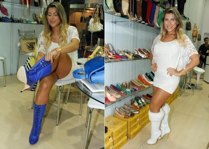 17.jan.2012 - A modelo Ana Paula Minerato se empolgou na hora de experimentar alguns calçados da feira Couro Moda, no Anhembi, em São Paulo. Ao calçar alguns modelitos de botas, a beldade, que usava um microvestido, por pouco não deixou sua calcinha à mostra