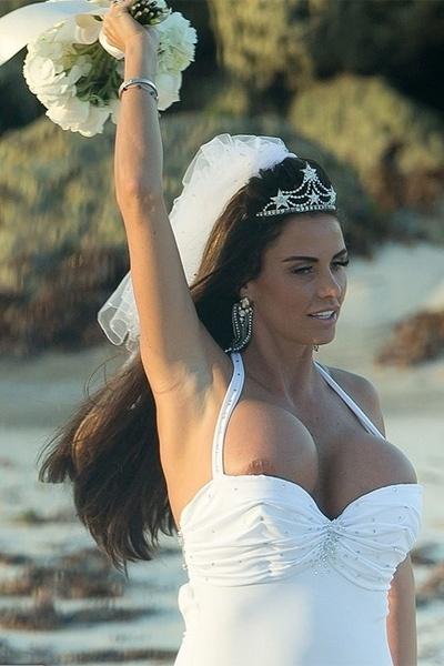 """18.jan.2013 - A ex-modelo inglesa Katie Price, 34, também conhecida como Jordan, """"pagou peitinho"""" durante sua festa de casamento. Na cerimônia secreta, que aconteceu em uma praia nas Bahamas, na última quarta-feira (16), a beldade se deixou ser fotografada com a comissão de frente saltando do decote. A informação é do jornal britânico """"The Sun"""""""