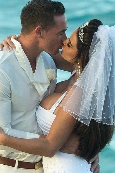 18.jan.2013 - Katie Price usou um vestido com decotão generoso. A modelo se casou com o striper em uma praia nas Bahamas, na última quarta-feira (9)