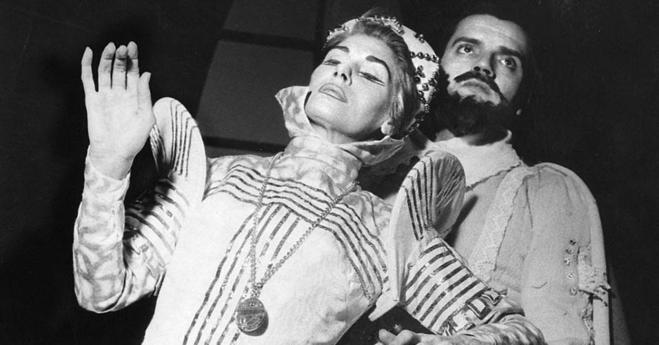 """1955 - Cacilda Becker e Walmor Chagas em cena da peça """"Maria Stuart"""", no Leopoldo Froes, pelo TBC"""