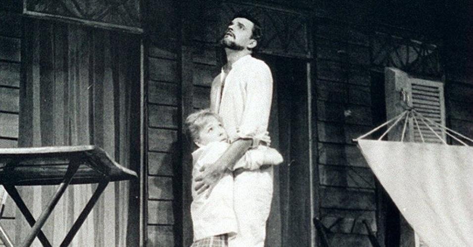 "1964 - Lílian Lemmertz e Walmor Chagas em cena da  peça ""A Noite do Iguana"""
