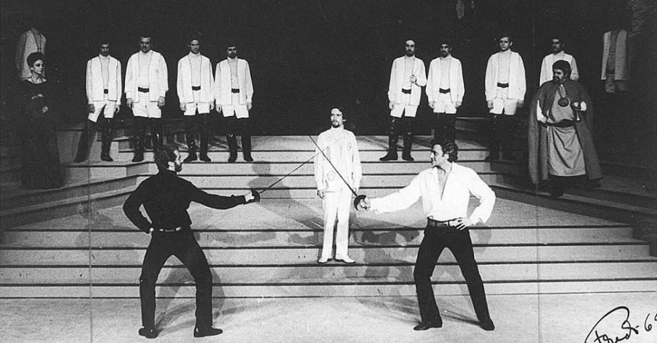 """1969 - Walmor Chagas [dir.] em cena da peça """"Hamlet"""""""