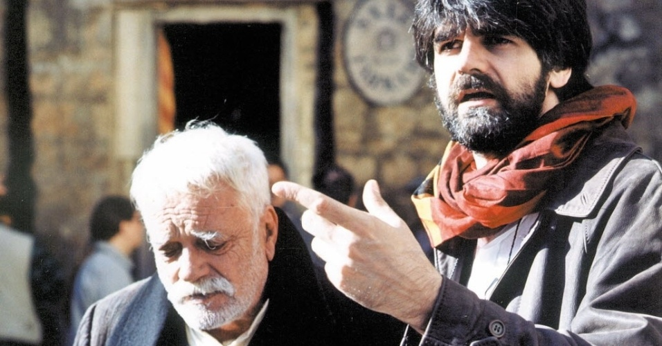 """1999 - Luiz Fernando Carvalho (direita) dirige o ator Walmor Chagas em cena da novela """"Esperança"""", da Rede Globo, gravada na Itália"""
