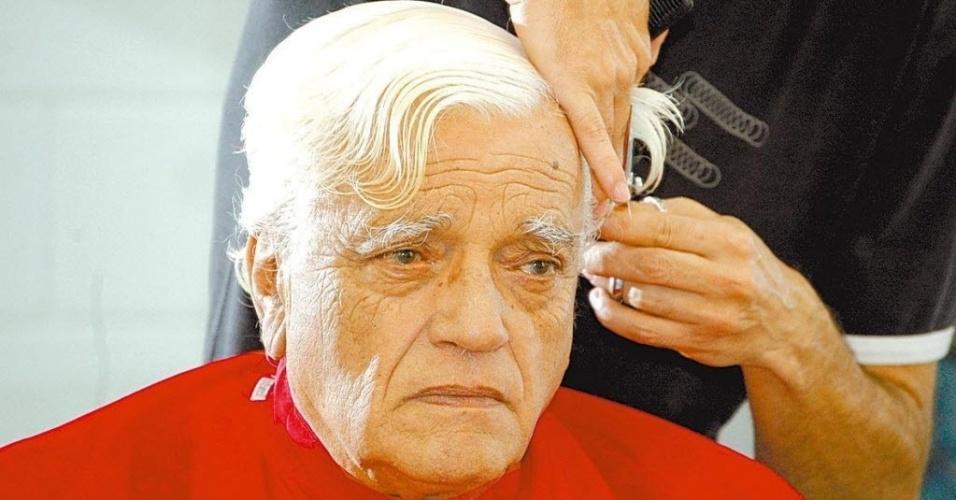 26.jul.2007 - Walmor Chagas corta o cabelo no Recnov , complexo de estúdios da Record, em São Paulo