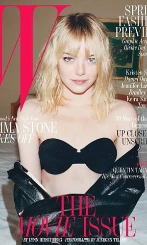 """Com pouca maquiagem e de sutiã, Emma Stone, 24, é a capa da revista """"W"""" de fevereiro. A Gwen Stacy de """"O Espetacular Homem-Aranha"""" é conhecida por ser engraçada não só nas telas. """"Para mim, brincar é um jeito de desfazer uma situação estranha, então é estimulante fazer parte de projetos onde não há nada de engraçado ou alegre"""". Na entrevista, ela falou sobre a apresentação do Oscar 2012 ao lado do ator Ben Stiller."""