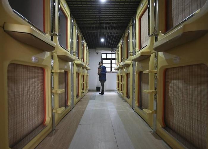 """18.jan.2013 - Empresários chineses inauguraram nesta semana o maior hotel-cápsula do país, com 100 """"quartos"""".O empreendimento fica em Qingdao, na província de Shangdong. Cada cápsula é equipada com uma TV de LCD, conexão Wi-Fi e uma mesa para computadores"""