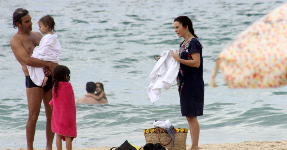 19.jan.2013 - A atriz Claudia Abreu aproveitou o sol acompanhada do marido, José Henrique Fonseca, e das filhas