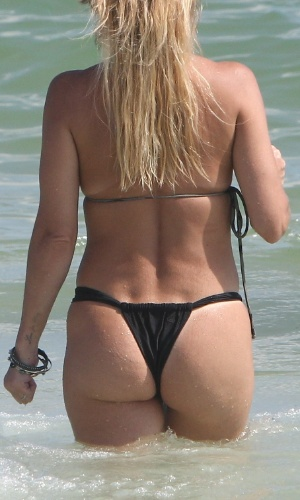 19.jan.2013 - Danielle Winits exibiu as curvas e retocou o bronzeado na praia na Barra da Tijuca, no Rio de Janeiro