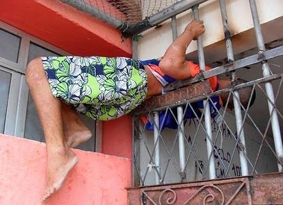 21.jan.2013 - Um rapaz de 20 anos preso por furto ficou entalado nas grades o Núcleo de Custódia da Polícia Civil ao tentar fugir na manhã desta segunda-feira em Natal (RN). Ele ficou pendurado no local por cerca de 30 minutos até que fosse retirado por outros detentos.