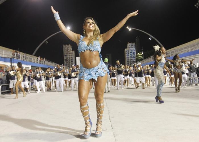 11.jan.2013 - A bela Ellen Pinheiro toma conta da avenida durante ensaio da escola de samba Unidos de Vila Maria