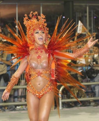 19.2.2012 - Sabrina Sato vai entrar no Sambódromo paulistano como madrinha de bateria da Gaviões da Fiel, em São Paulo. Na imagem, a japonesa desfila em 2012, ano em que a escola homenageou Lula no samba-enredo