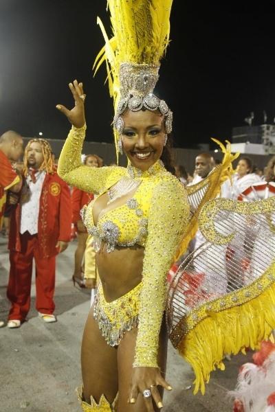 19.fev.2012 - Andréia Gomes representa a escola Tom Maior no Carnaval de São Paulo. De fantasia amarela, Andréia brilha no desfile de 2012