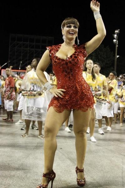 20.jan.2013 - Viviane Araújo samba em ensaio da escola de samba Portela. A musa do Carnaval vai desfilar como rainha de bateria na agremiação pela 6ª vez neste ano