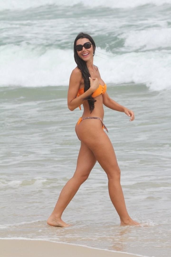 """22.jan.2013 - Kelly Baron, ex-participante da Casa de Vidro do """"Big Brother Brasil 13"""", exibiu a ótima forma na praia do Pepê, na Barra da Tijuca, no Rio de Janeiro"""