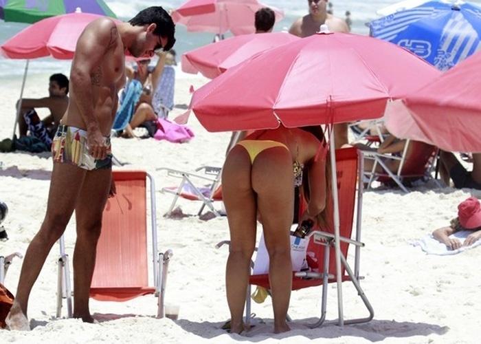 """23.jan.2013 - Nicole Bahls aproveitou o sol para reforçar o bronzeado na Barra da Tijuca, no Rio. A modelo estava acompanhada do árbitro de futebol Diego Pombo, que também participou do reality show """"A Fazenda"""" em 2012. """"Curtindo a praia e matando a saudade do meu amigo que eu amoooo muito @JuizDiegoPombo ele cada dia mais lindooooo"""", disse a ex-panicat em seu Twitter"""