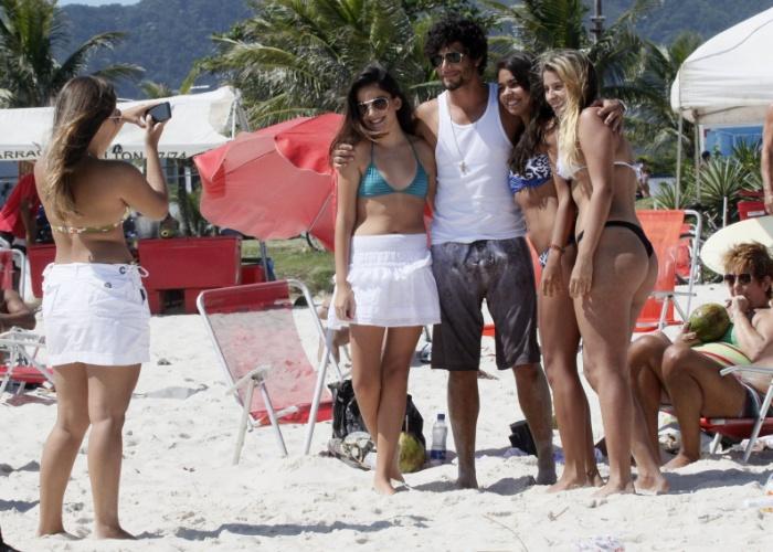26.jan.2013 - Esbanjando simpatia, Jesus Luz foi à praia no Rio de Janeiro e posou para foto com as fãs