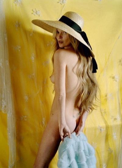 """28.jan.2013 - Aos 39 anos, Kate Moss posou para ensaio na revista """"Love"""" sob o título """"Kate limpa"""", que tem duplo sentido, já que Kate foi ícone do """"movimento"""" heroína chique, nos anos 90, e também já foi flagrada consumindo drogas. Nas fotos no interior da publicação, a modelo aparece completamente nua"""