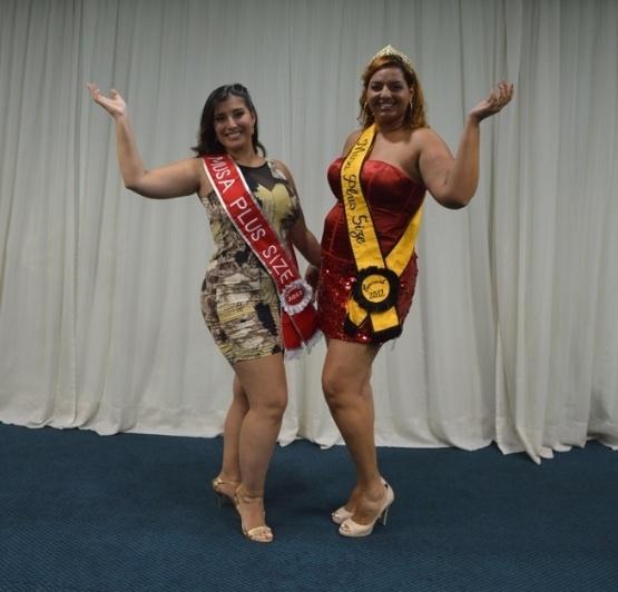 28.jan.2013 - Lígia Alvarez (à esq.) foi eleita Miss Plus Size do Carnaval de São Paulo. Na foto, ela aparece com a musa GG do Carnaval paulistano de 2012, Fabíola Romão