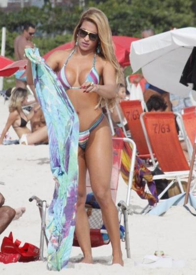 31.jan.2013 - De biquíni cavado, a rainha de bateria da escola de samba carioca Renascer de Jacarepaguá, Dani Vieira, exibe corpão na praia da Barra da Tijuca (RJ). Em setembro de 2012, a musa foi flagrada nua por um paparazzo enquanto se trocava na praia