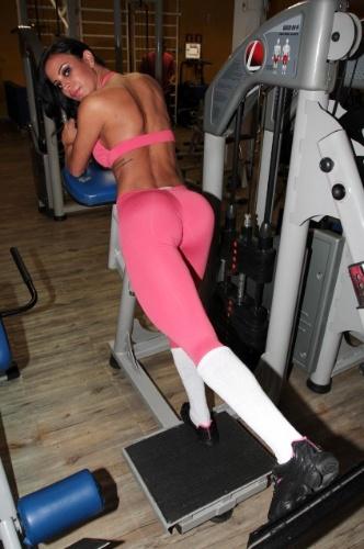 5.fev.2012 - Lorena Bueri está se preparando para o Carnaval. Com uma roupa rosa e colada ao corpo, a gata foi à academia em São Paulo e fez uma série de exercícios. A malhação pesada é para enfrentar os dias de desfiles e folia