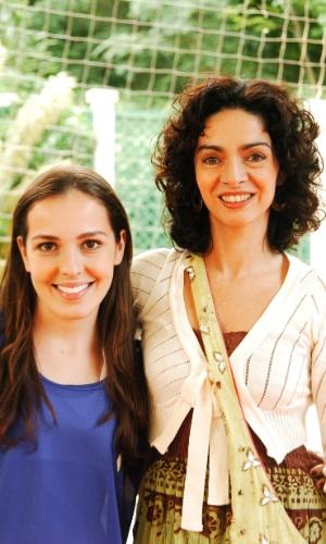 """Cláudia Ohana ao lado da atriz Camila dos Anjos. As duas trabalharam juntas na série """"Malhação"""" (2004)"""