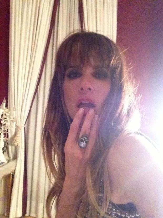 6.fev.2013 - Luciana Gimenez mostra novo visual com franjinha em foto do Facebook