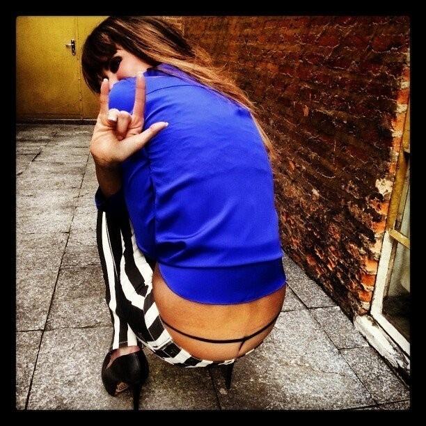 6.fev.2013 - Luciana Gimenez postou uma foto em que aparece com uma calcinha fio-dental à mostra, em seu Facebook