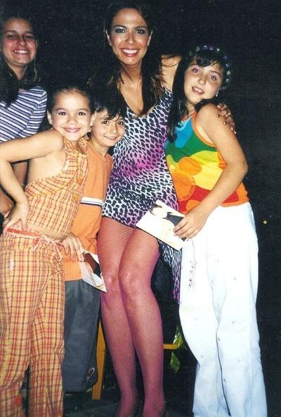 """Marquzine, a Lurdinha de """"Salve Jorge"""". Antes de ser conhecida nacionalmente como a Salete de de """"Mulheres Apaixonadas"""" (2003), Bruna fazia pontas na televisão. Na imagem, a garota apare com mais três crianças ao lado de Luciana Gimenez nos bastidores da gravação de um especial infantil no """"Superpop"""", da RedeTV! em 2000"""