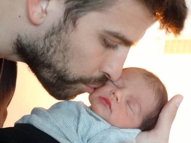 4.fev.2013 - O jogador espanhol Gerard Piqué posa com Milan, seu primeiro filho com a cantora Shakira