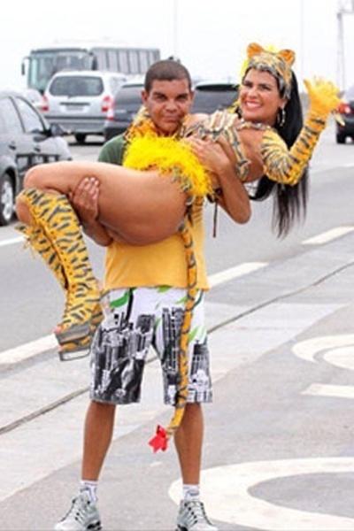 Em 2010, Solange Gomes chamou a atenção ao estrelar um ensaio no acostamento da Ponto Rio-Niterói, às vésperas do Carnaval. Vestida de tigresa, a modelo chegou a posar nos braços de um fã
