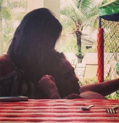 """13.fev.2013 - Bruna Marquezine e Neymar não se preocupam mais em esconder o relacionamento que assumiram em público recentemente. A atriz, que está no ar em """"Salve Jorge"""", postou na rede social Instagram uma foto em clima de romance com o jogador de futebol. Na imagem, ela beija o amado, que aparece deitado em seu colo"""