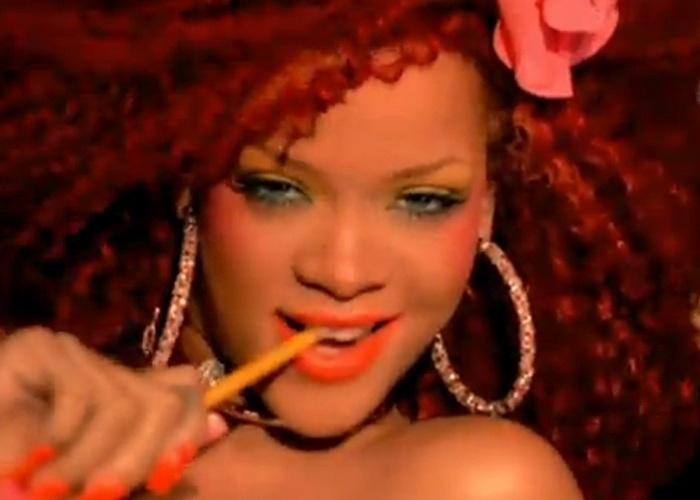 """2011 - O clipe de """"S&M"""" acarretou outros problemas para Rihanna: a cantora foi acusada de plágio pelos fotógrafos David LaChapelle e Phillipp Paulus, que declararam que a cantora copiou ideias de ensaios criados por eles"""