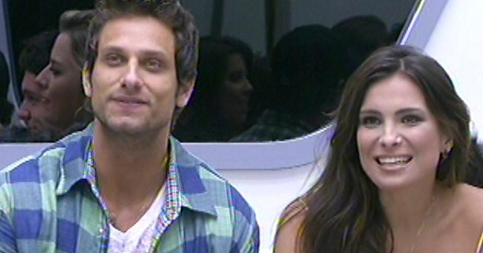 O casal emparedado Eliéser e Kamilla sorriem após verem suas famílias na plateia do programa