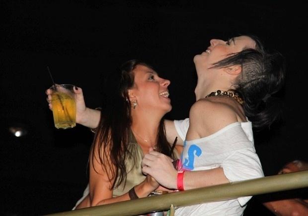 """22.fev.2013 - O ex-BBB Serginho foi flagrado em clima de azaração durante o show de Buchecha em uma boate em São Paulo. O ex-participante do reality show trocou beijos com uma morena e se mostrou bastante empolgado durante o evento. """"Paparazzi me amam! Meu Deus! Que noite é essa? Estou tão feliz! Buchecha está incrível! Estou fazendo a Lindsay Lohan hoje! Fotografaram tudo! Nem quero ver as notícias de amanhã..."""", escreveu Serginho aos fãs no Twitter"""