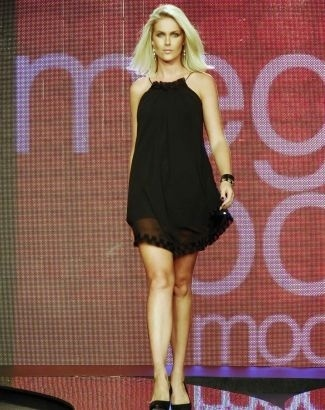 """A apresentadora mostra que não """"perdeu a forma"""" após deixar as passarelas e arrasa em evento de moda em São Paulo (mar.2009)"""