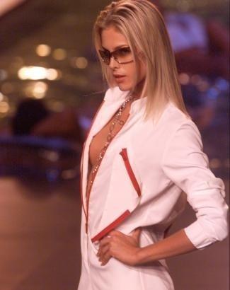 Ana e seu poderoso decote na passarela (jan.2003)