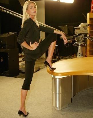 Ana faz pose no estúdio da Record (jul.2004)