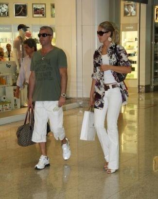 Ana Hickmann circula com o marido, Alexandre Corrêa, em aeroporto carioca (15/2/10)