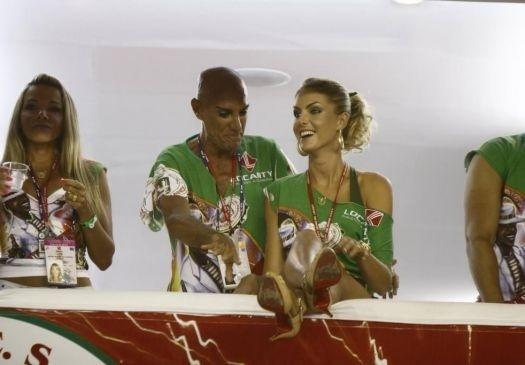 Ana Hickmann confere os desfiles do Carnaval carioca ao lado de do apresentador Amin Kader (15/2/10)