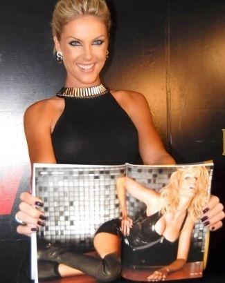 Ana Hickmann mostra a revista 'VIP' em festa de lançamento, em março de 2010, no aniversário de 29 anos da modelo. Ana comemora seu 30º aniversário nesta terça-feira (1/3/11)