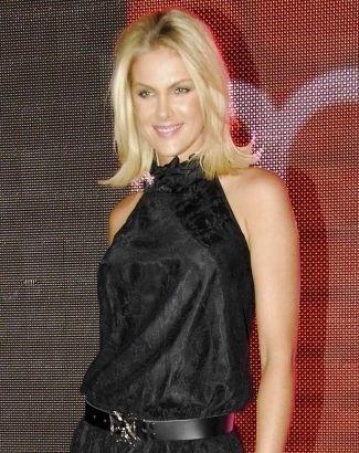 Ana Hickmann volta às passarelas para participar de evento de moda em São Paulo (3/3/09). A apresentadora diminuiu o comprimento dos cabelos este ano, deixando-os na altura dos ombros e escovados para fora